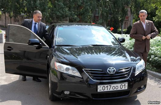 Armenia - Gagik Minasian (R) and Davit Harutiunian, arch supervision negotiator, arrive during a assembly with antithesis representatives, 23Aug2011.