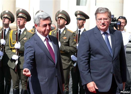 Armenia - President Serzh Sarkisian (L) greets his visiting Polish counterpart, Bronislaw Komorowski, in Yerevan, 28Jul2011.