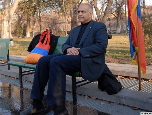 Armenia -- Opposition personality Raffi Hovannisian starts a craving strike in Yerevan's Liberty Square, 15Mar2011.
